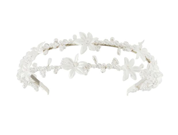 de58e83602f Især fascinators med blomster eller broderet pynt er et hightligt til den  korte brudefrisure.