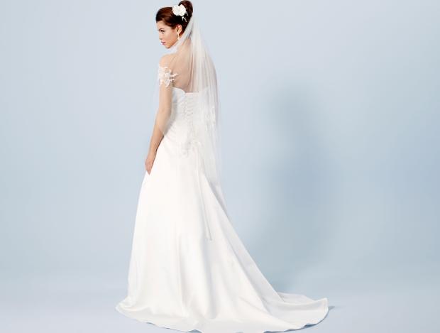 dafd7c0d3992 Det här är en minimalistisk klänning i satäng-tyg med draperingar som  framhäver en ren look och en feminin silhuett.