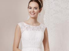 Lace dress with pearlbeaded waist