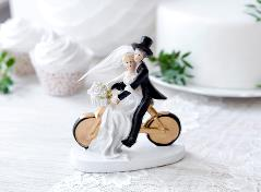 Sød kagefigur af brudepar på cykel