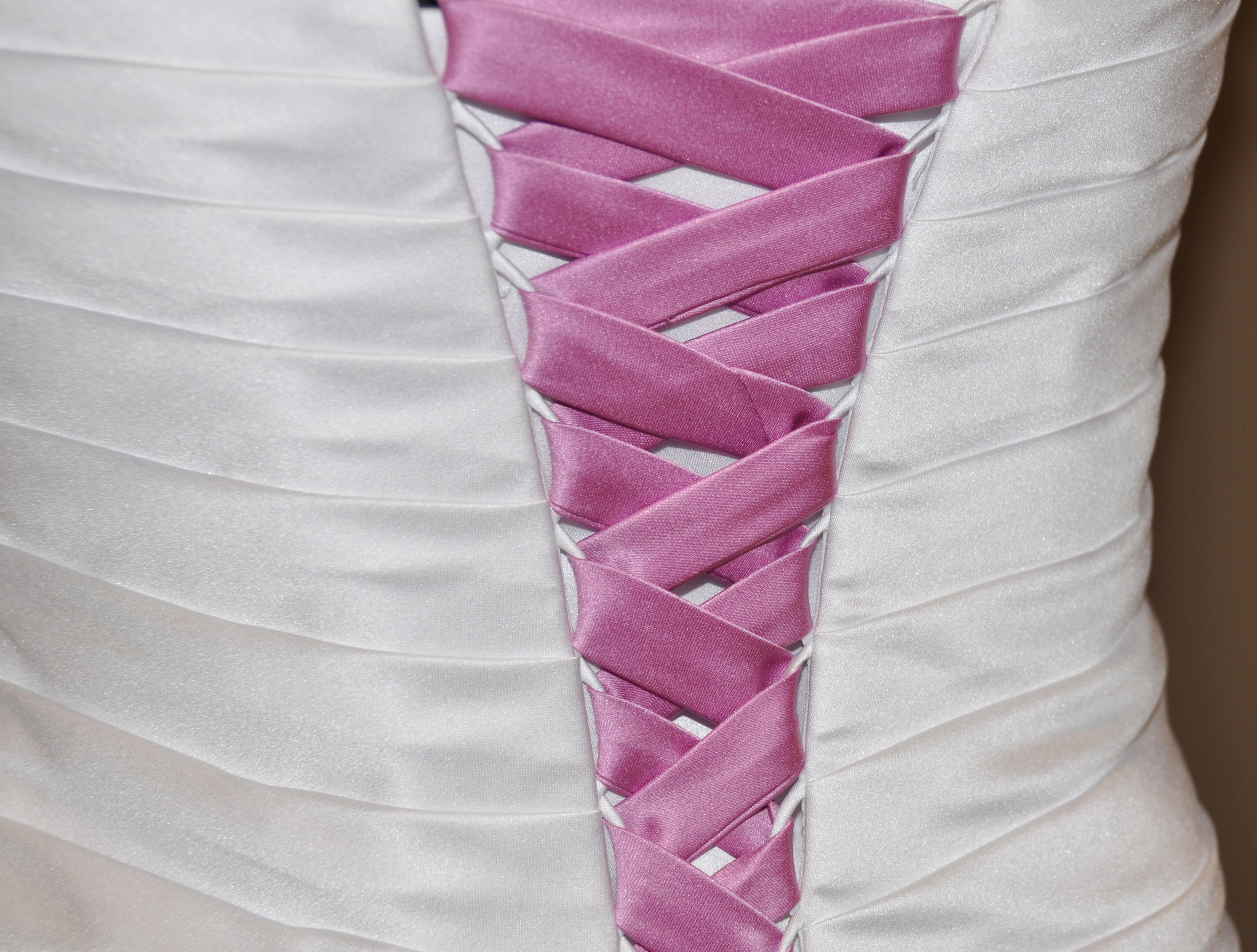 Wie schnüre ich das Brautkleid richtig