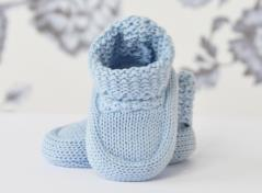 Knitted baby boots (light blue)